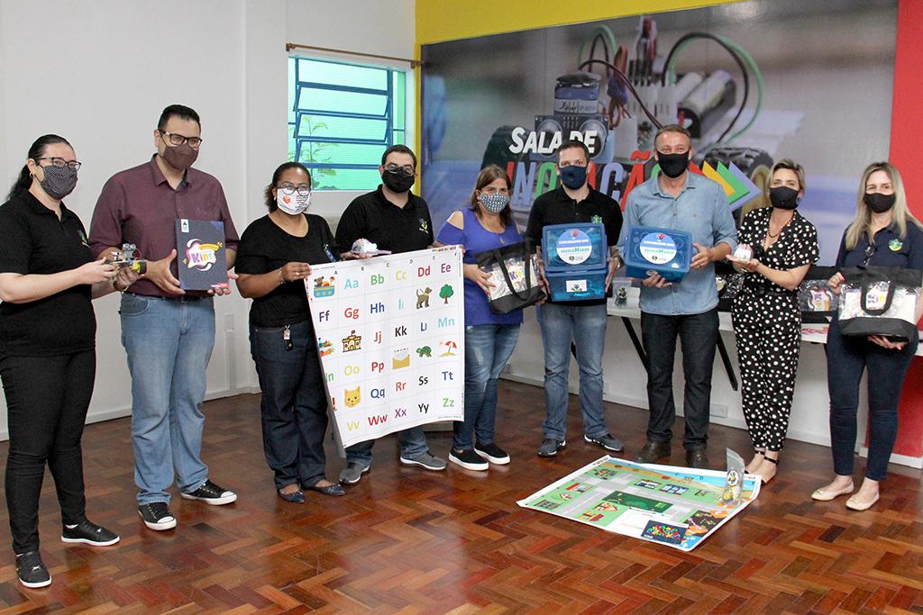 Fotografia com representantes da Secretaria Municipal de Educação, Prefeitura e câmera de vereadores.